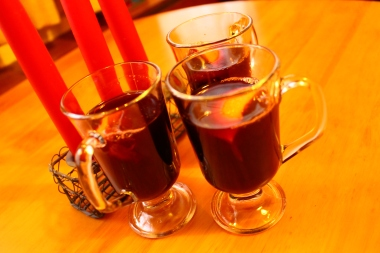 Vino caliente especiado en vasos/ Mulled wine in glasses