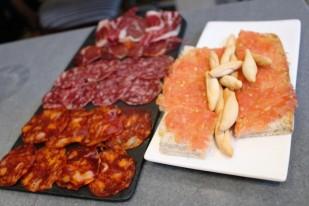 Selección de jamón ibérico y embutidos, y pan con tomate