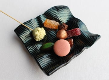 Petits fours, por ejemplo de chocolate blanco con albahaca, chocolate con vino tinto, chocolate con avellana - Petits fours, for example of white chocolate with basil, chocolate with red wine and chocolate with hazelnut